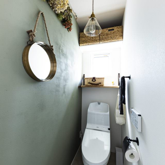 スワッグを飾ったトイレ