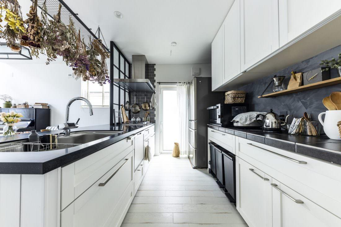 ブラックのワークトップ×ホワイトの面材を組み合わせた造作キッチン
