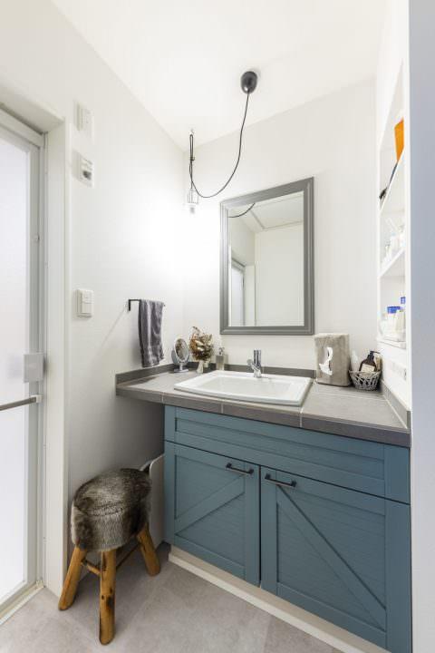 ブルーの扉がかわいいタイルの洗面台