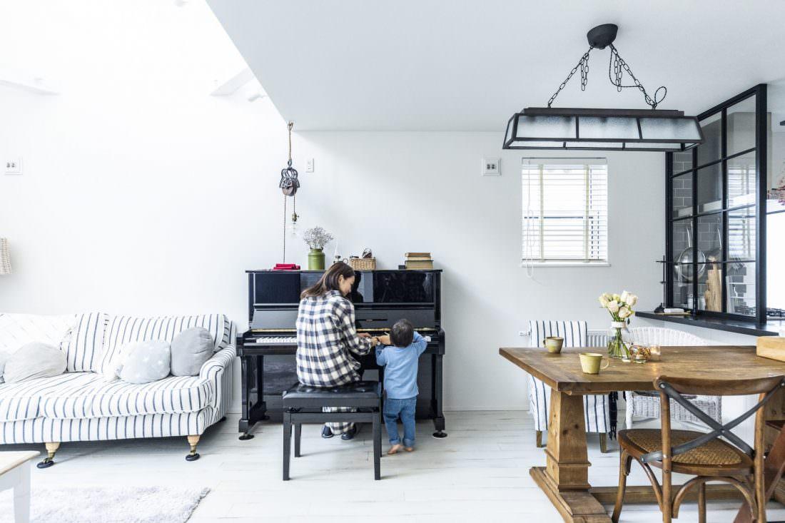 息子とピアノを弾くおしゃれな輸入住宅