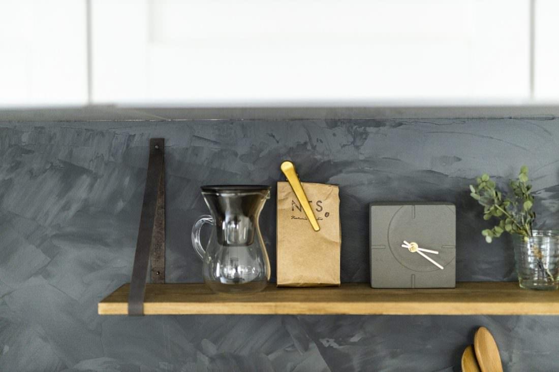 DIYで塗装したキッチン壁がおしゃれな家