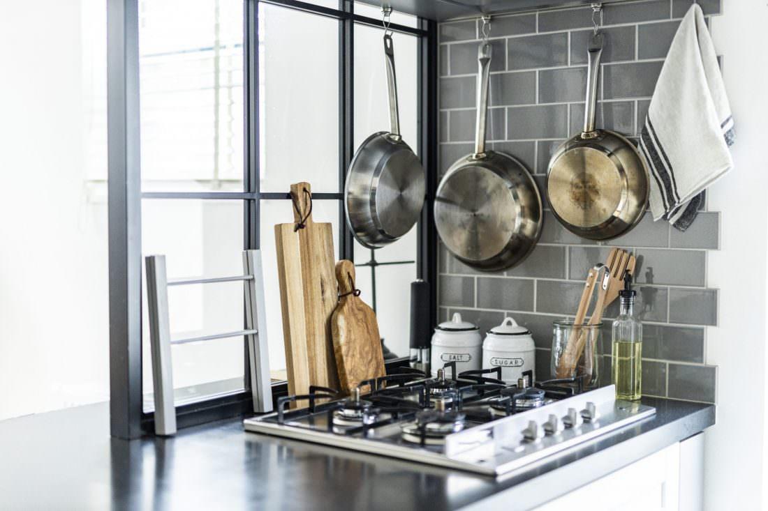 グレーのタイルと黒格子がシックなキッチン