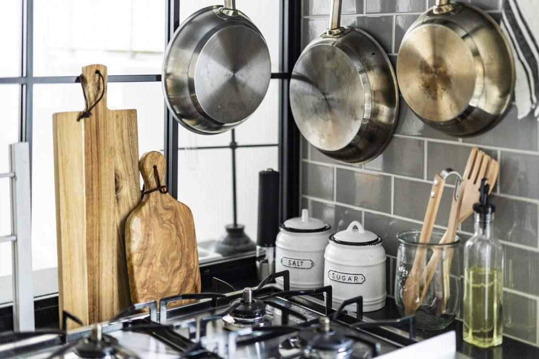 モスグリーンのタイルと黒格子のガラスがおしゃれなキッチン