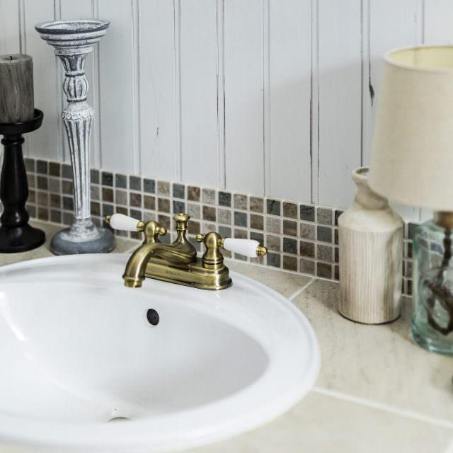 アンティークなモザイクタイルがポイントの洗面台