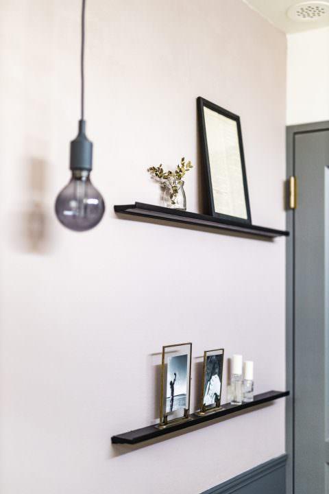 飾り棚とペンダントライトがおしゃれな壁