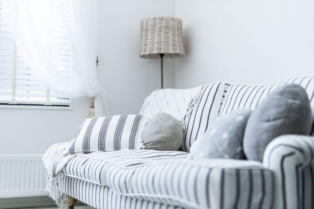 ストライプのソファと間接照明がかわいいリビング