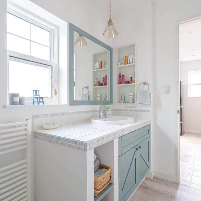 ミラー枠と洗面台の扉をブルーグレーでお揃いに