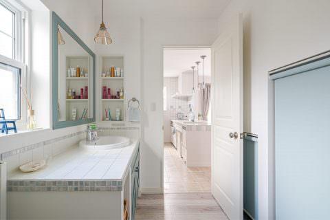 キッチンと繋がったタイルの洗面台