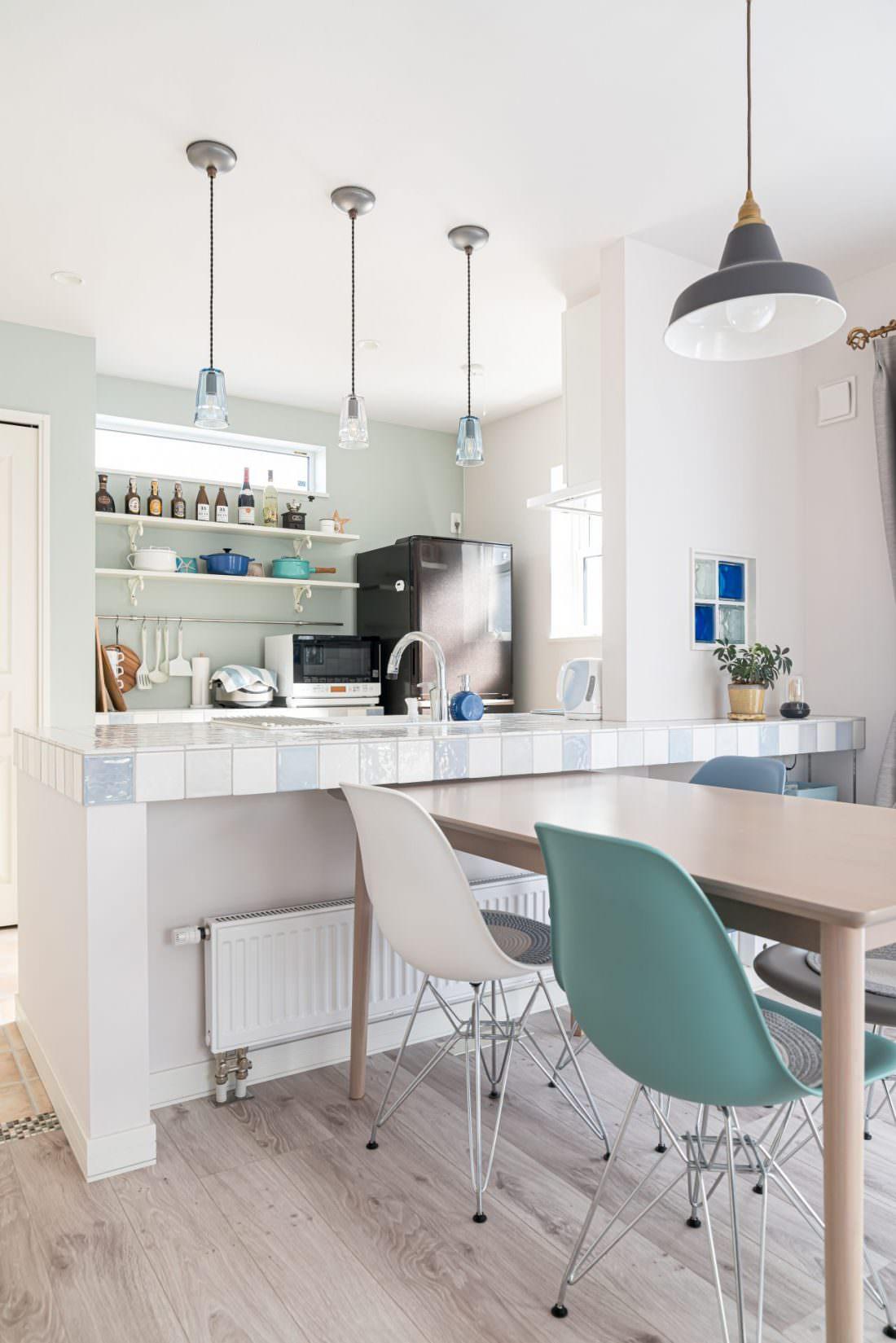 照明やキッチンカラーがトータルコーディネートされたダイニングキッチン