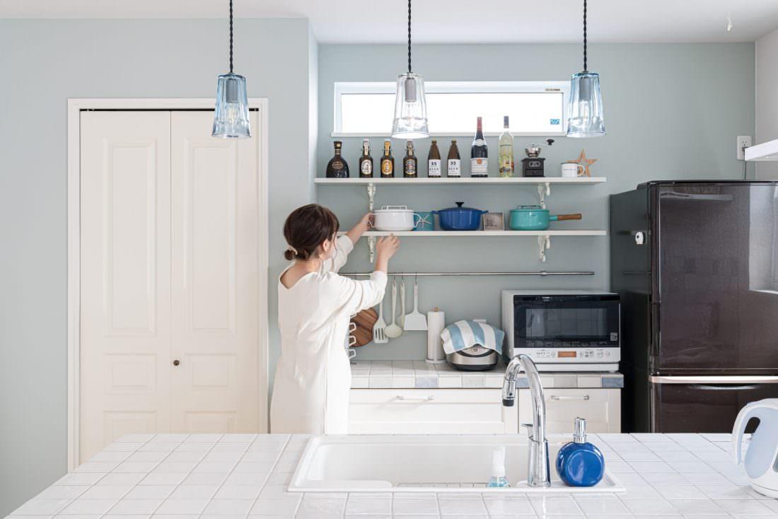 ブルーの背面クロスがかわいいキッチン
