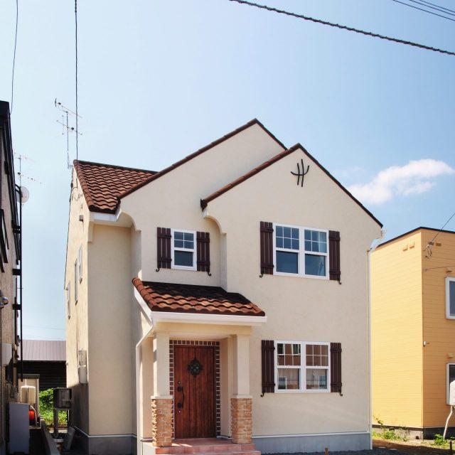茶色い屋根がアクセントのアンティークな南欧の家