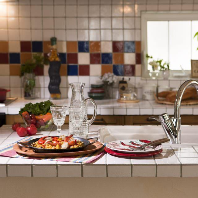 カラフルなタイルのキッチン