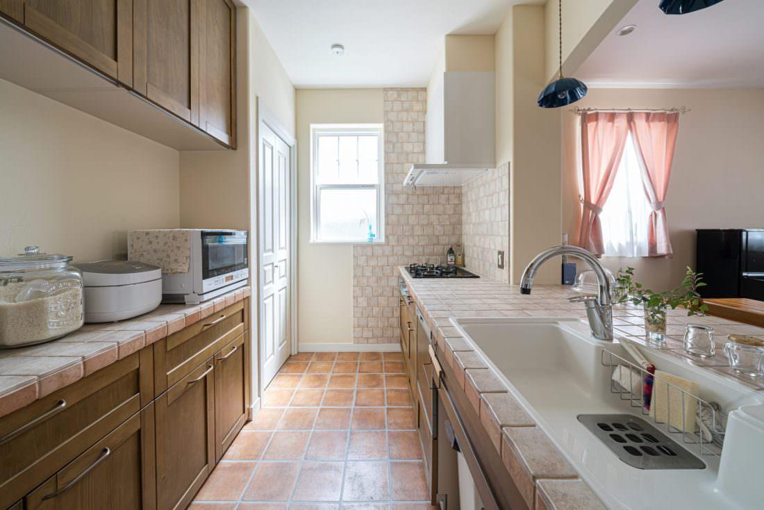 テラコッタタイルや木の風合いがあたたかいキッチン