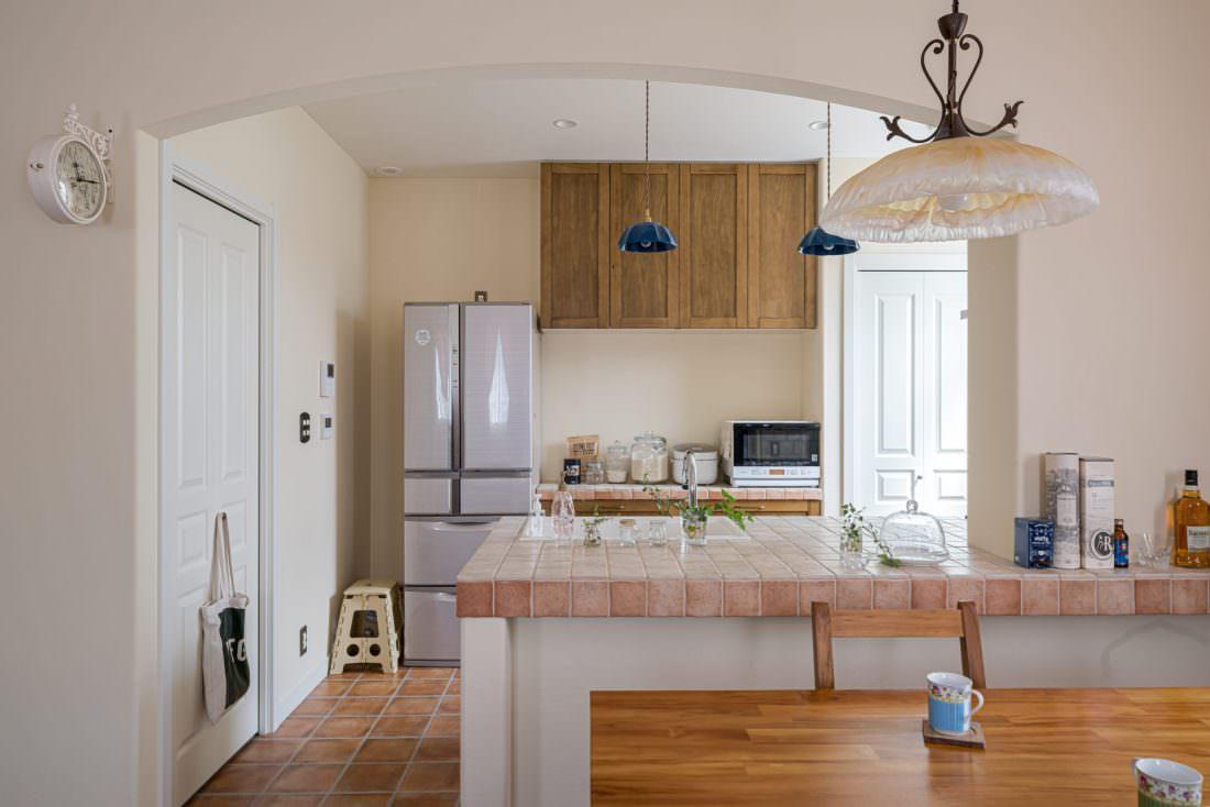 アール天井とアンティークタイルの南欧風キッチン