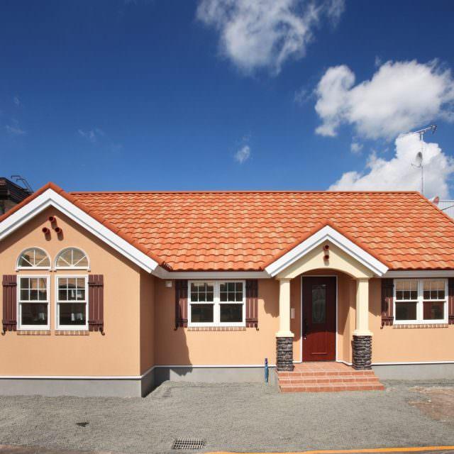オレンジの塗り壁が映える平屋の輸入住宅