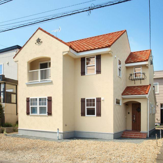 オレンジの瓦屋根がかわいい南欧住宅