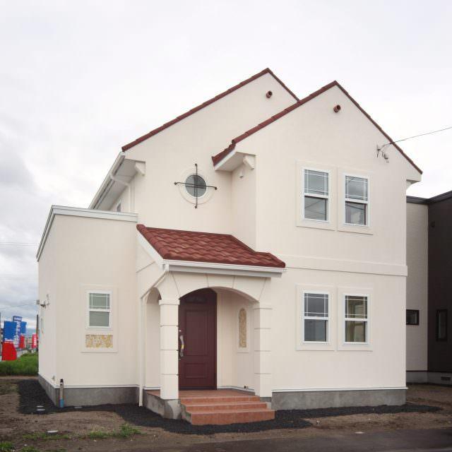 白い塗り壁に赤い屋根の家