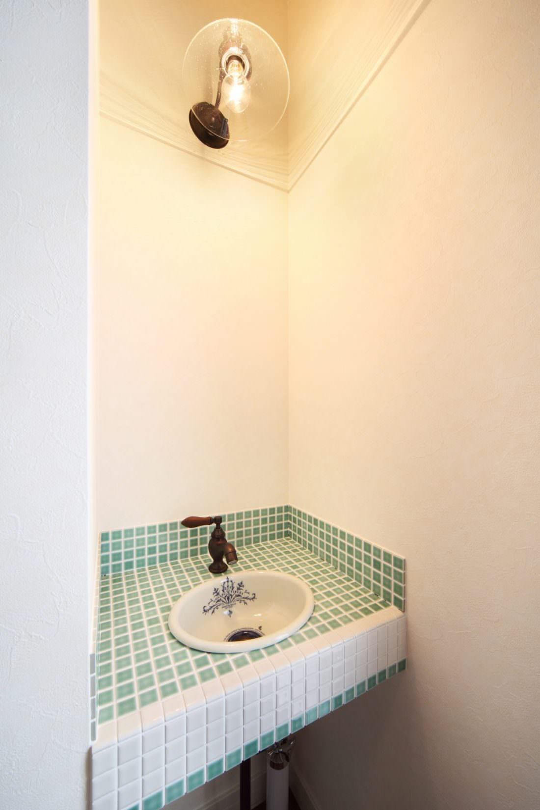 グリーンのタイルがかわいいミニ手洗い器