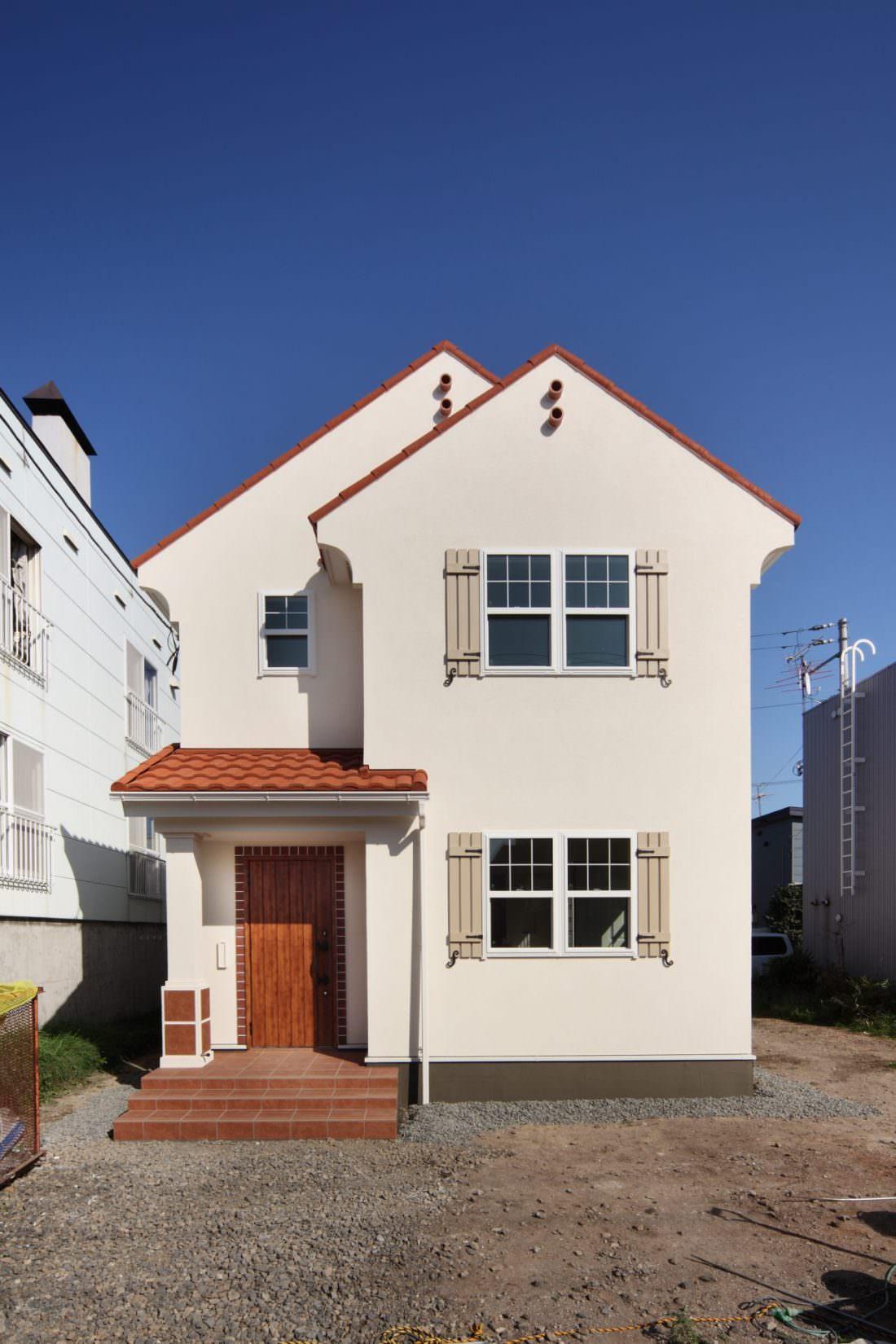 白い塗り壁が映えるスパニッシュデザインの輸入住宅