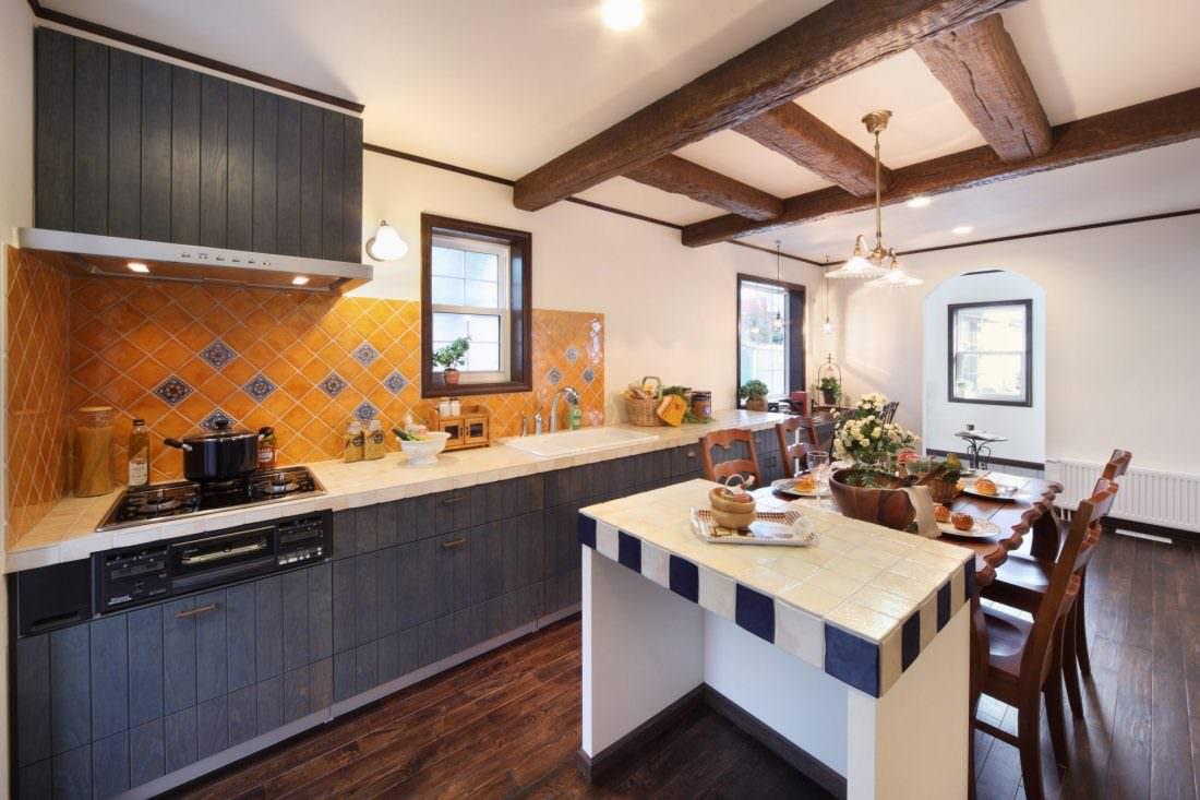 マスタードカラーのタイルが印象的なキッチン