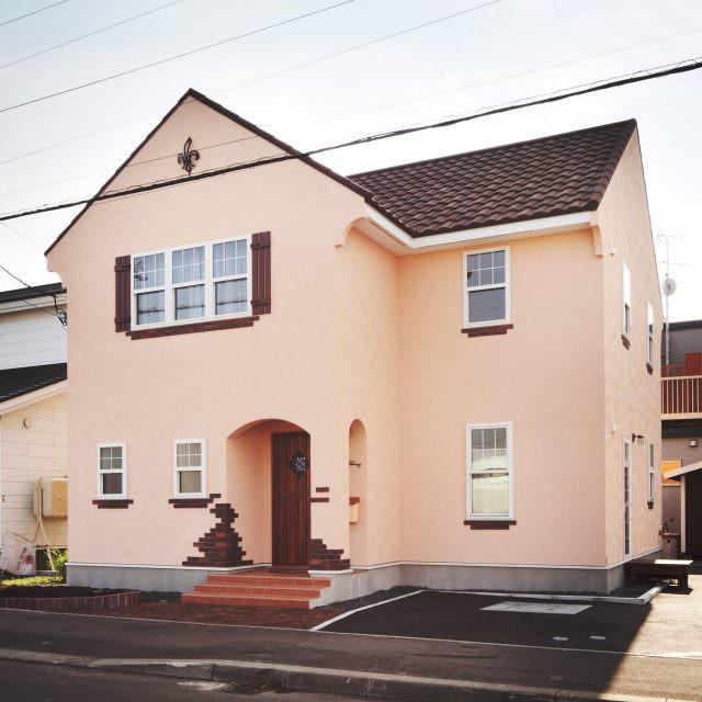 ピンクの塗り壁がかわいい南欧デザインの家