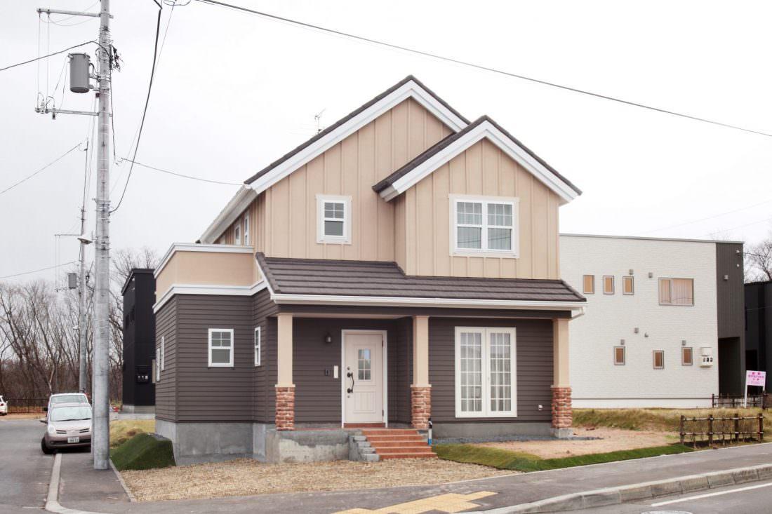 塗り壁とサイディングのツートーンデザインの北米輸入住宅