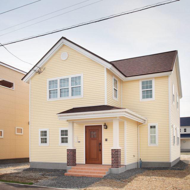 黄色いサイディングがかわいいアメリカンスタイルの家