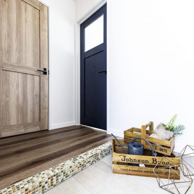 ネイビーのドアがかっこいい玄関