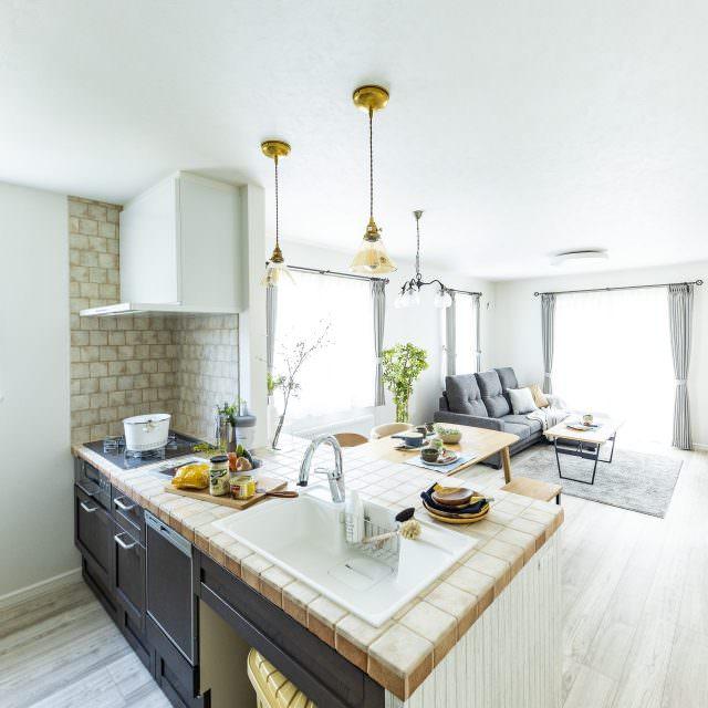 アンティークタイルの対面キッチン