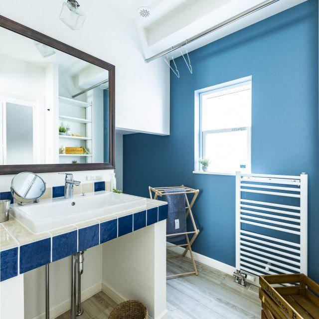 さわやかなターコイズブルーの洗面所