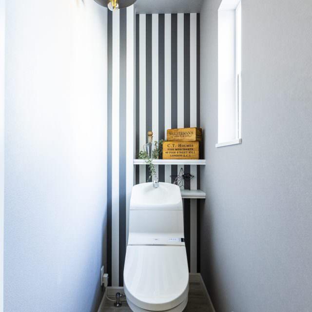 ポップなストライプデザインのトイレ