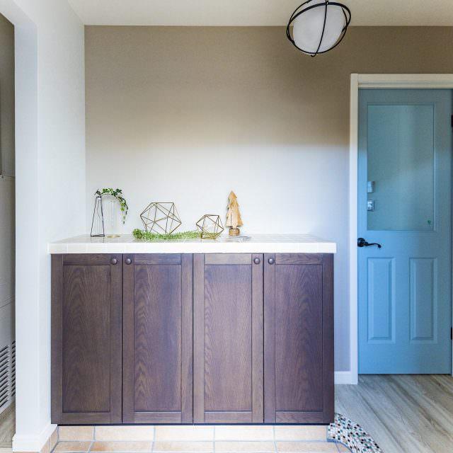 ブルーグレーのドアが印象的な玄関