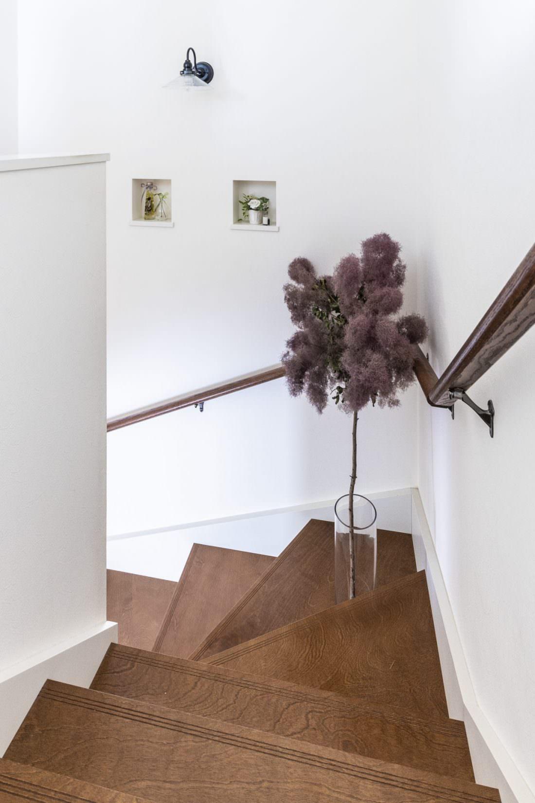ニッチに飾った雑貨やドライフラワーが階段を彩る