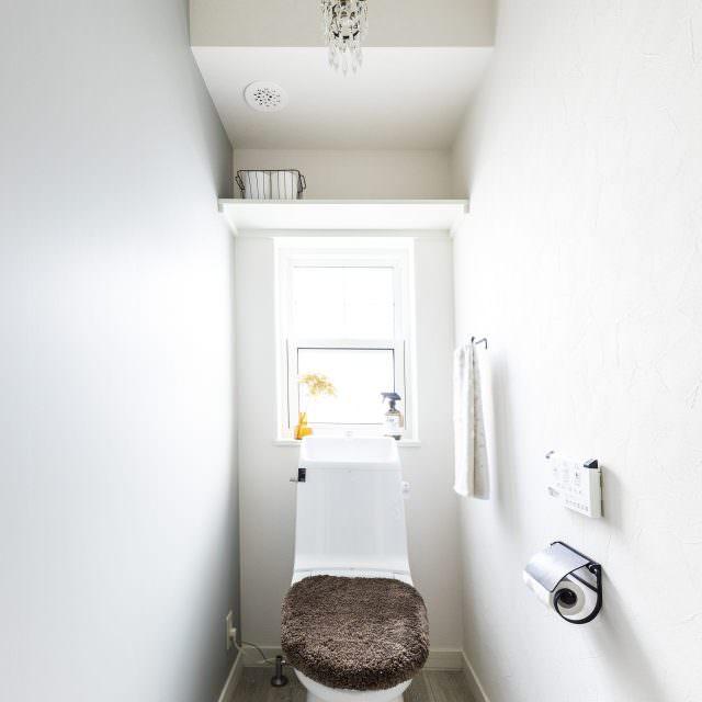 ライトグレーを用いてナチュラルシンプルなトイレ