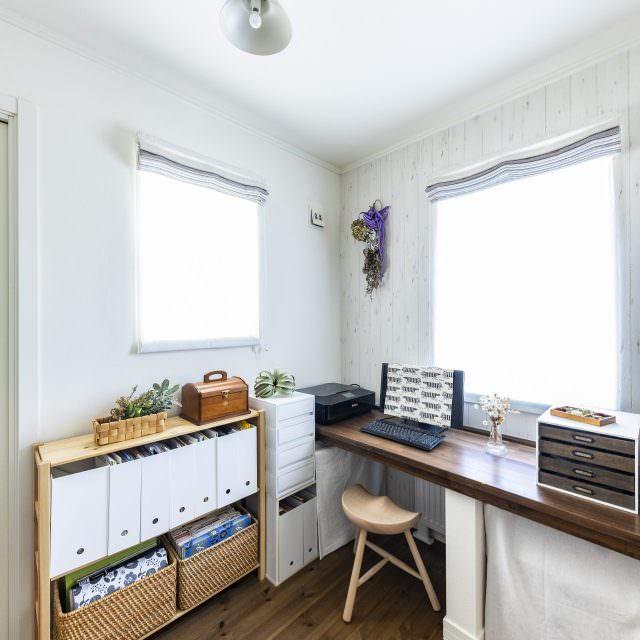 木製カウンターを造作したリビング横の部屋は、家族で共有できるスペース