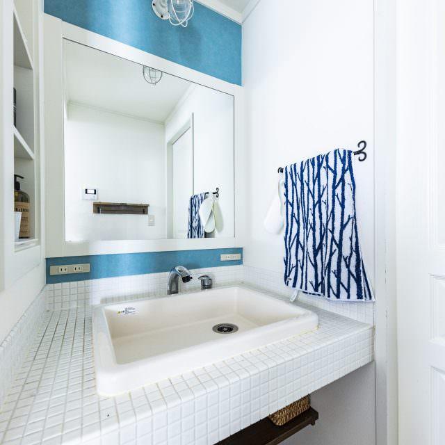 白タイルとブルーの組み合わせが爽やかな洗面台