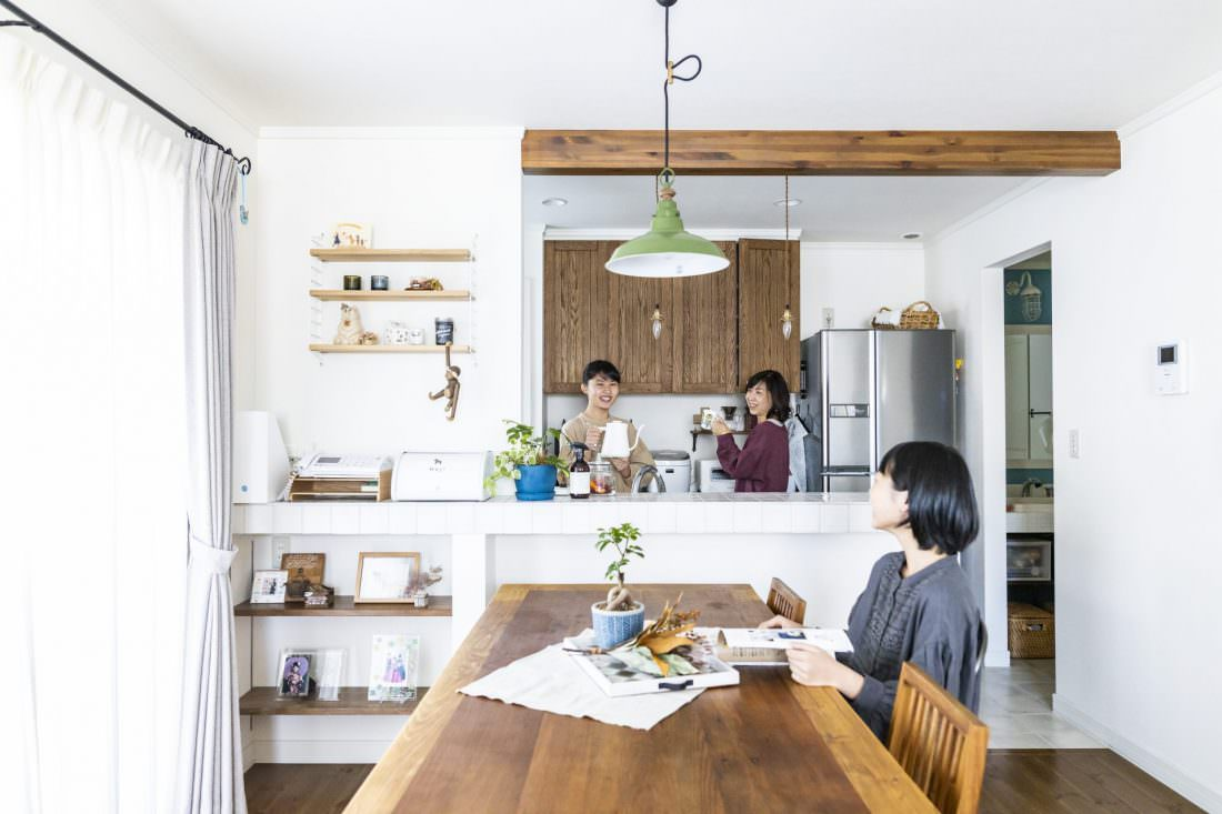 木の梁とアンティークキッチンのある家