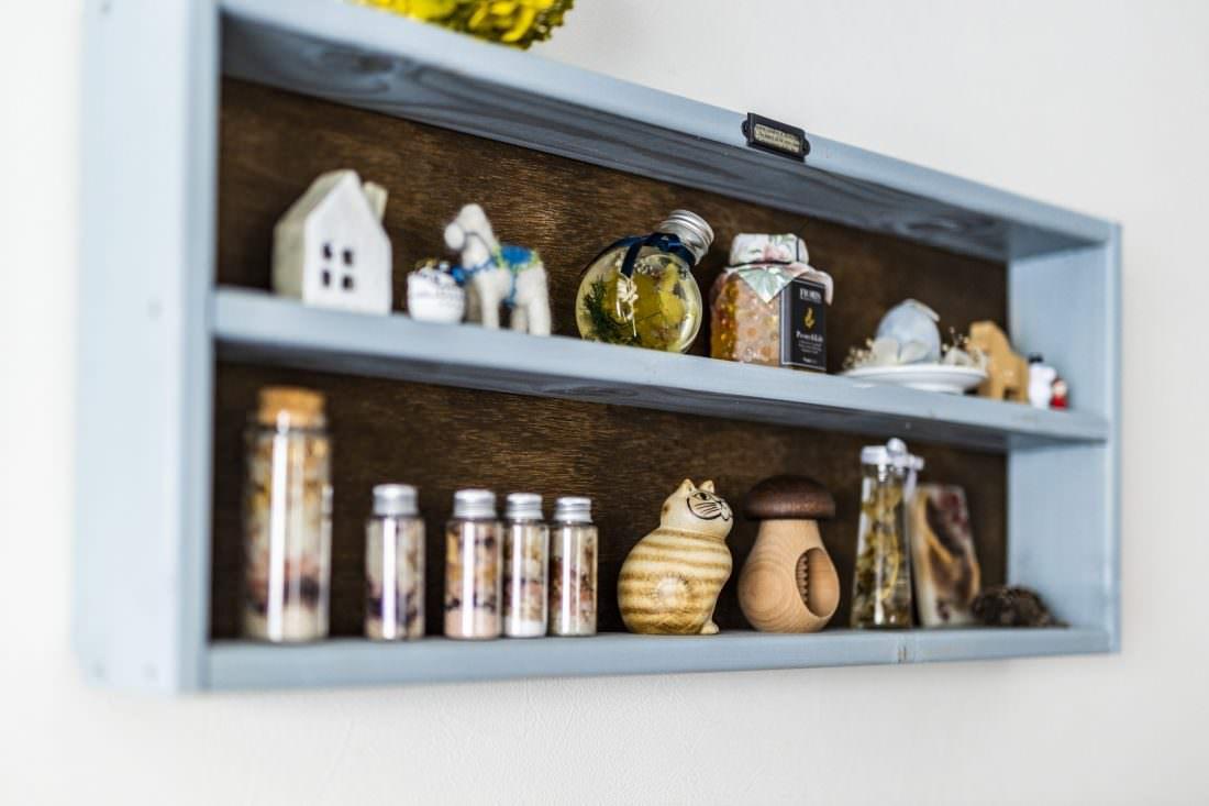 ハーバリウムや北欧雑貨をディスプレイしたDIYの飾り棚