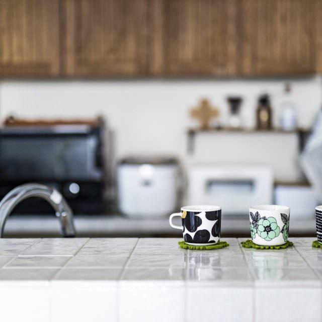マリメッコのマグカップが映えるタイルキッチン
