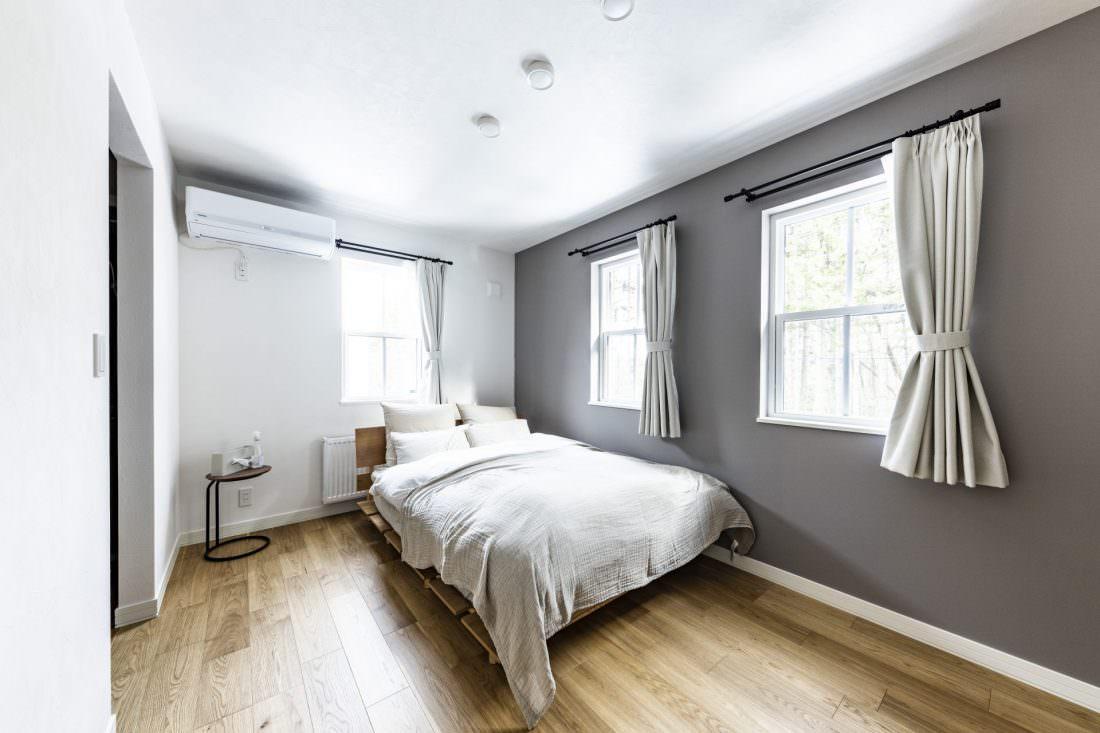 グレーでシックな寝室