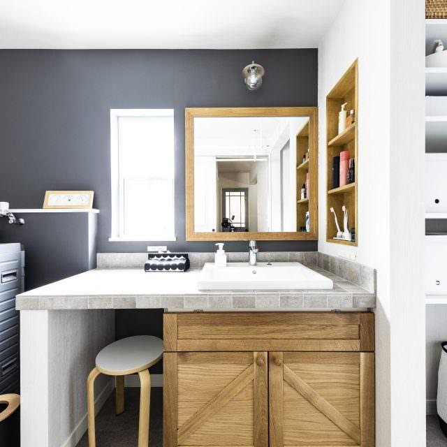 ナチュラルな木の風合いとグレーのタイルが調和する洗面台