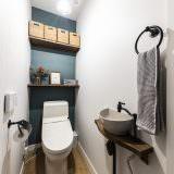 モスグリーンの壁紙が印象的なトイレ