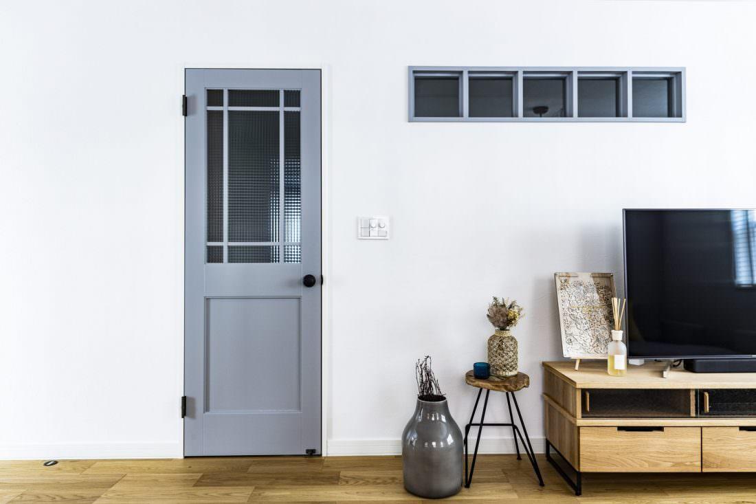 ブルーグレーのドアと格子窓がアクセントのリビング
