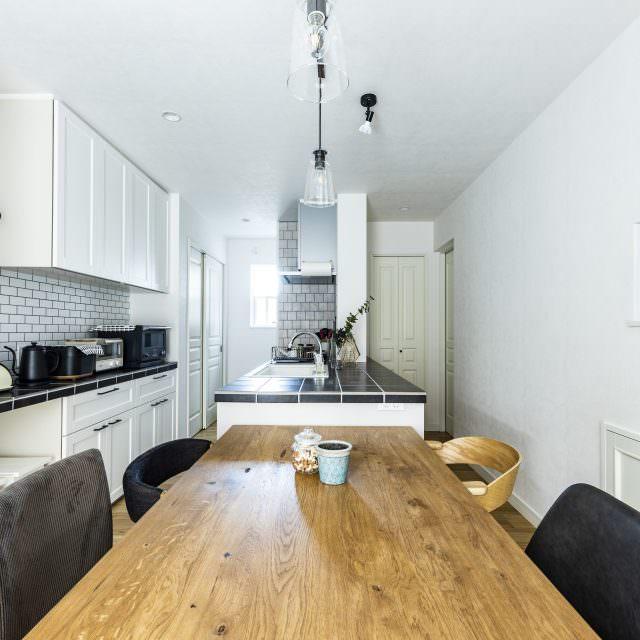 シンプルなタイルキッチンと木のぬくもりが融合した北欧インテリア