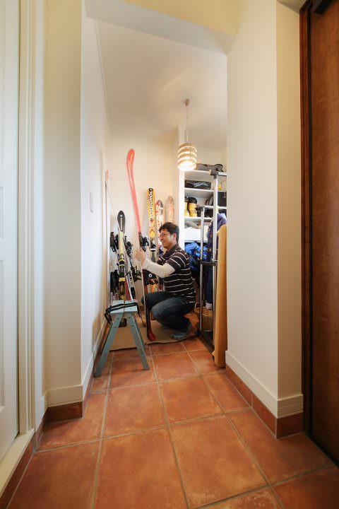 スキー板のお手入れができる玄関土間