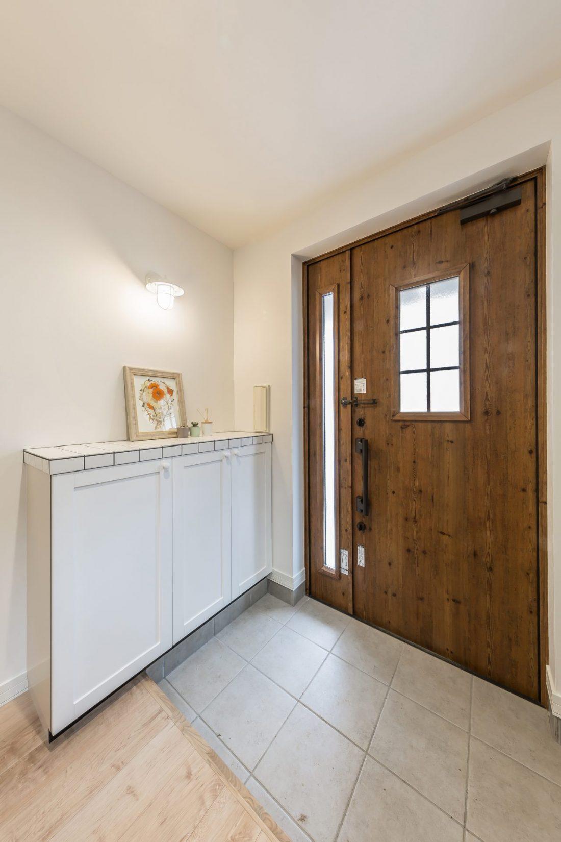 タイルのシューズボックスと親子ドア