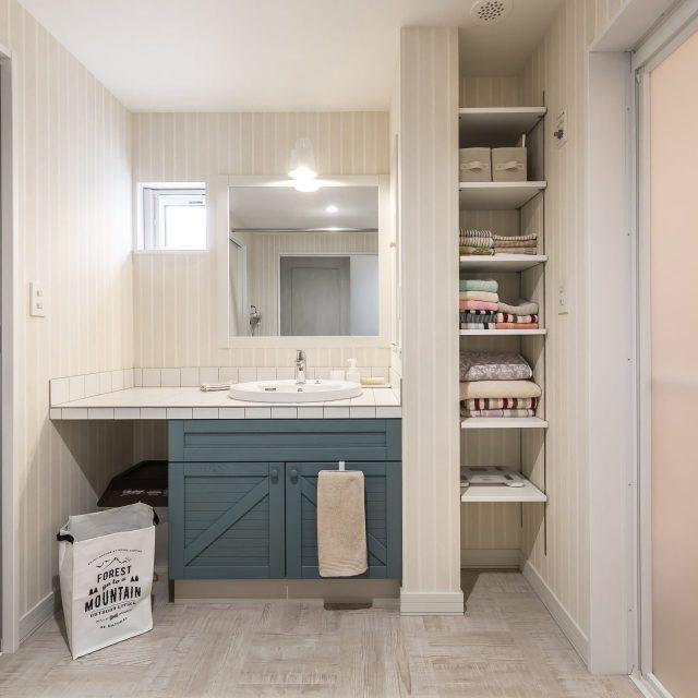 広いタイル洗面バニティと収納棚が使いやすいユーティリティーに
