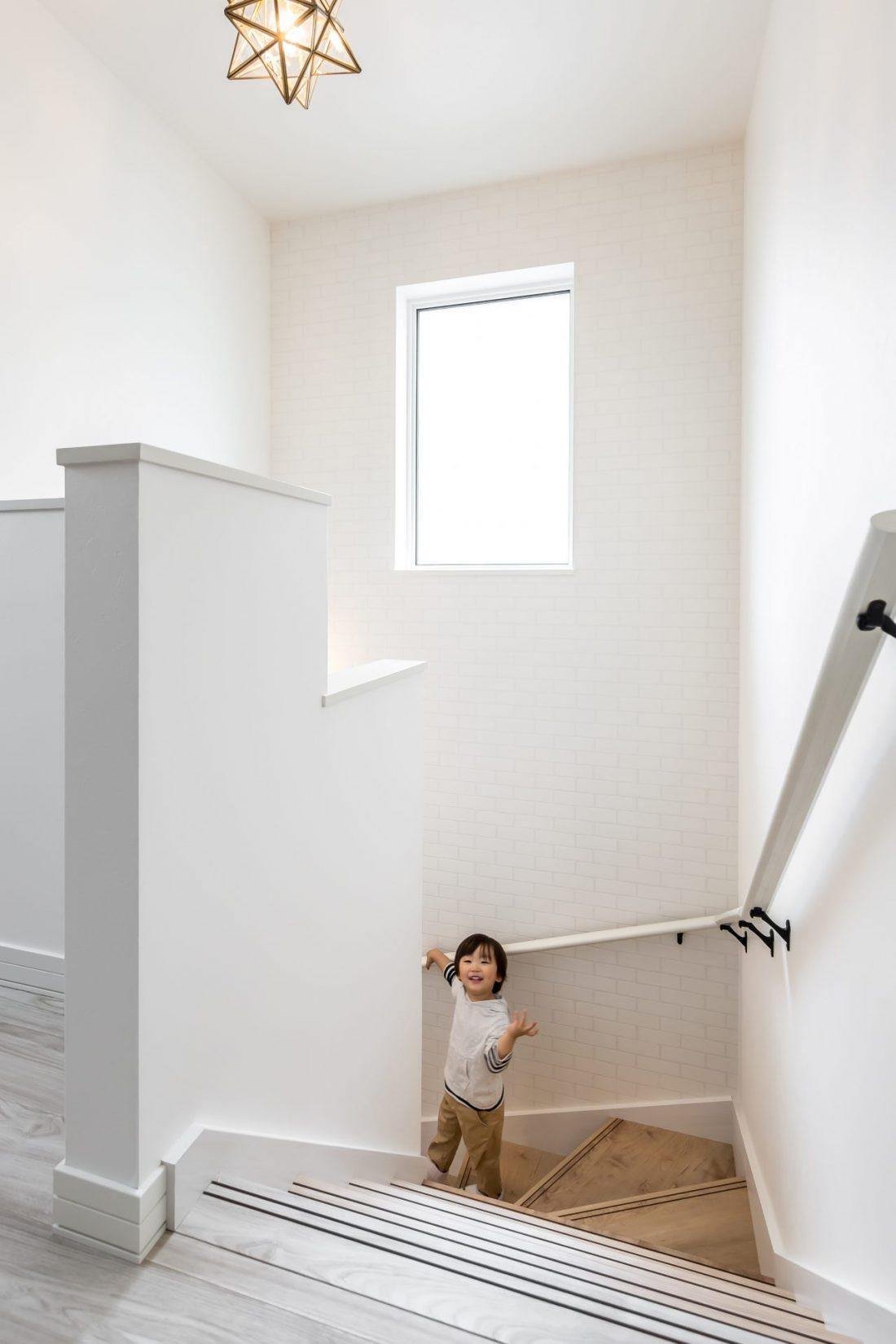 階段手すりと子ども