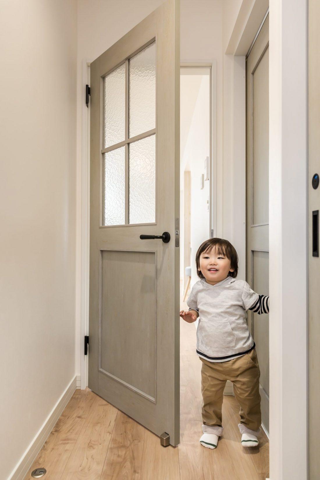 格子窓のリビングドアがかわいい玄関
