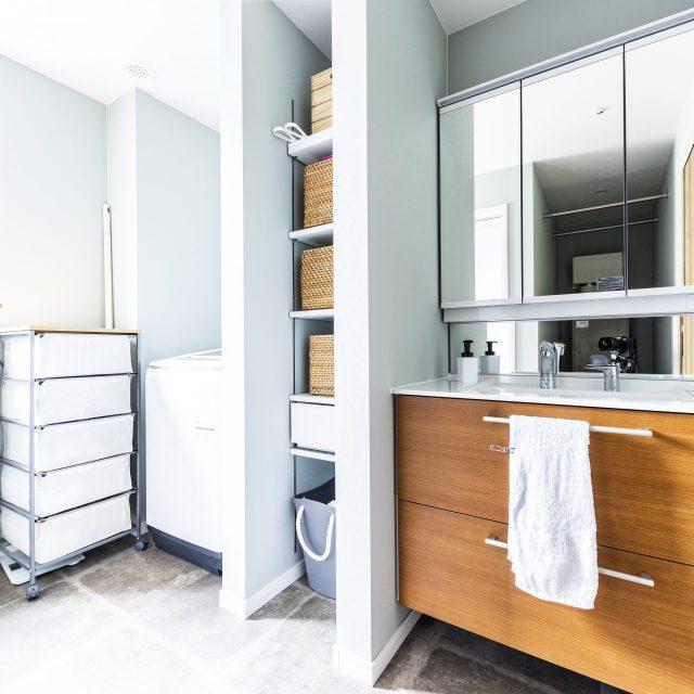 収納完備された清潔感のある洗面所